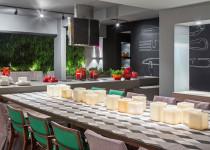 ladrilhos aplicados na mesa - casa-cor-brasilia-arq-karla-amaral-amb-espaco-do-chef-calu-retro-triangulo-cinza-20x20cm-01-foto-haruo-mikami