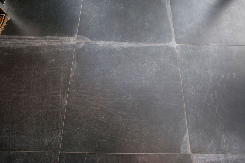 3-decortiles-casa-cor-paraguai-tona-ruggero_desiree-dumot_tamara-napout_bibiana-escanciano-hyline-laca-black-ac-90x90cm-07