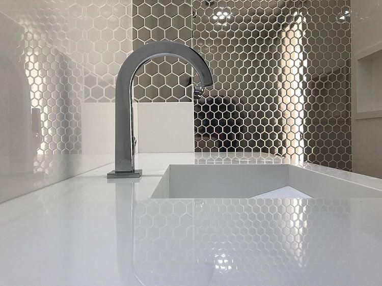 Revestimento hexagonal metalizado Sixties Decortiles Projeto Vitor Moreira