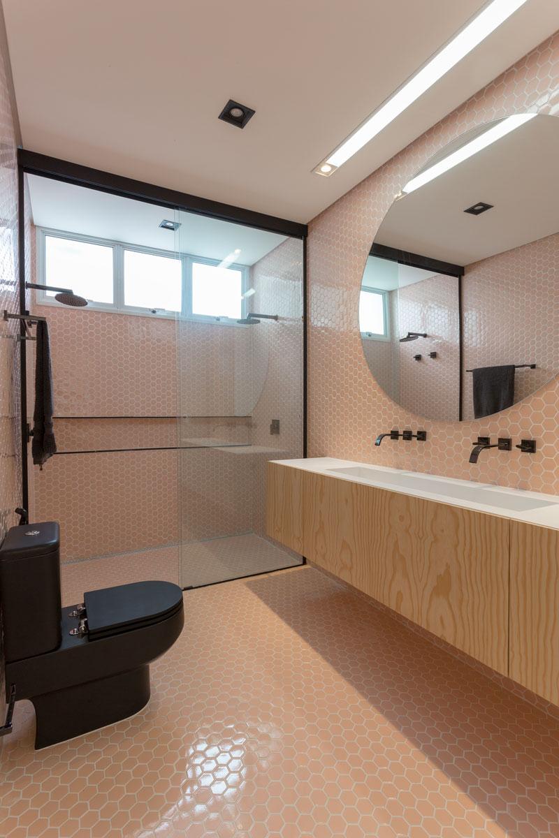 revestimento rosa banheiro da casa da pugliesi