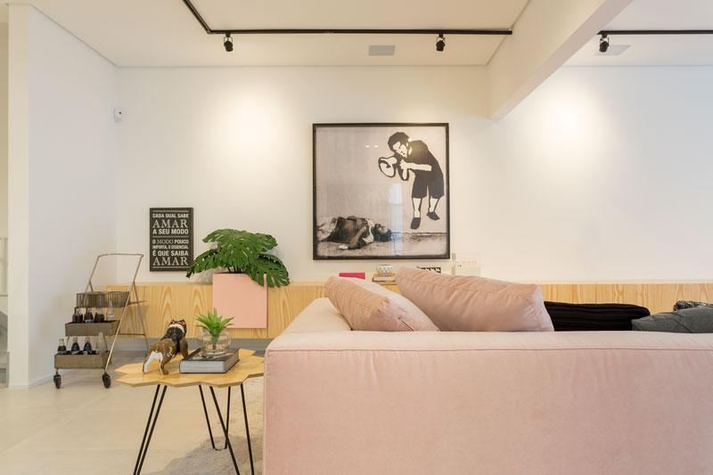sala da casa da gabriela pugliesi tem revestimento com efeito de cimento decortiles