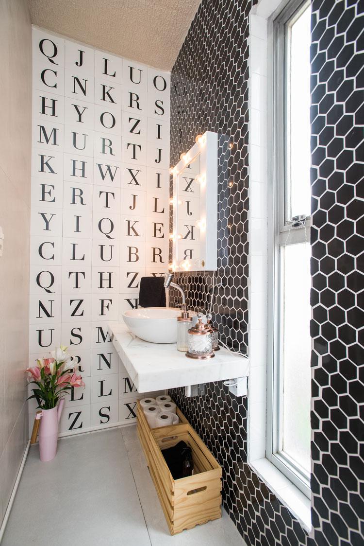 Banheiro escritório blog Chata de Galocha com revestimentos Letter e Sixties Decortiles
