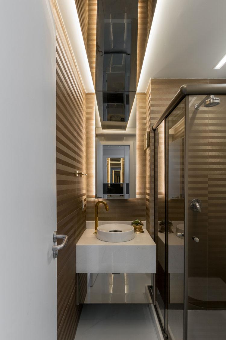 banheiro com revestimento dourado decortiles six gold