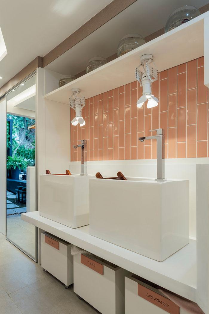 Área de serviço estilosa com azulejos rose gold Decortiles