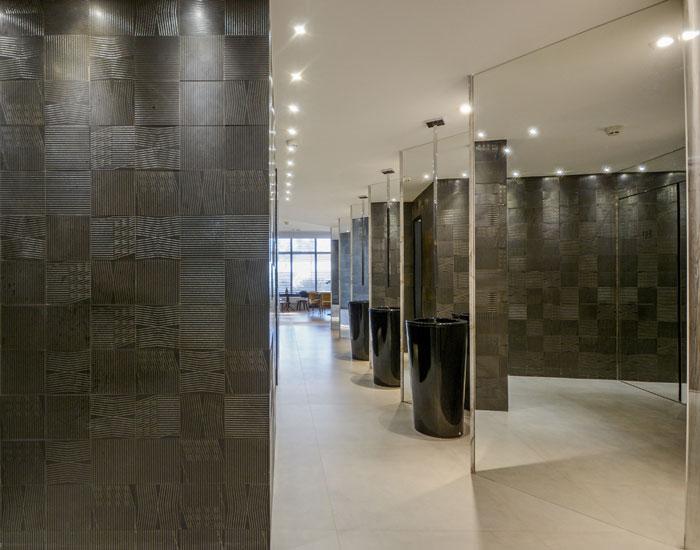 decortiles-casa-cor-goias-2018-studio-dup-banheiro-unissex-somos-todos-iguais-absolut-concreto-90x90cm_tear-ouro-19x19cm-azulejo-metálico-foto-marcus-camargo