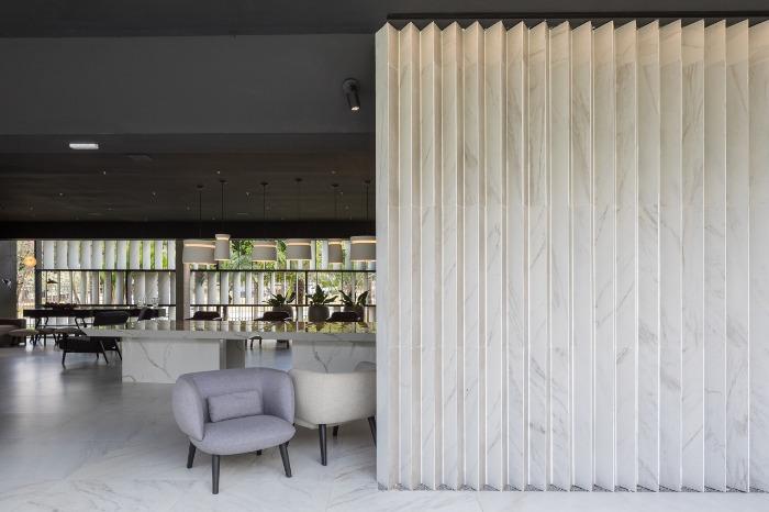 1 porcelanatos gigantes decortiles-casa-cor-brasilia-2018-choque-arquitetura-neocarrara-ac-90x90cm_calacata-po-120x240cm-foto-haruo-mikami