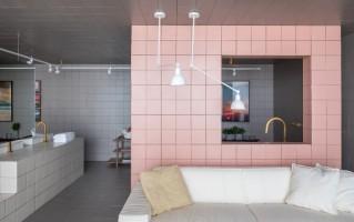 1 sala-de-banho-azulejo-rosa-decortiles-casa-cor-brasilia-2018-esquadras-arquitetos-twenty-deluxe-td-argento_twenty-deluxe-td-rose-gold_twenty-deluxe-td-nude-185x185cm-foto-haruo-mikami