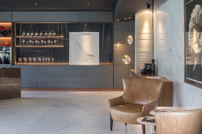 11 decortiles-casa-cor-brasilia-2018-choque-arquitetura-neocarrara-ac-90x90cm_neocarrara-po-90x90cm_dark-ac-120x240cm-foto-haruo-mikami