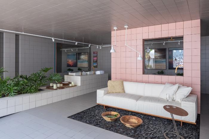 2  azulejos-em-grid-decortiles-casa-cor-brasilia-2018-esquadras-arquitetos-twenty-deluxe-td-argento_twenty-deluxe-td-rose-gold_twenty-deluxe-td-nude-185x185cm-foto-haruo-mikami