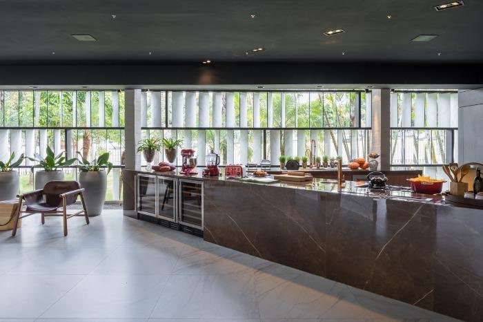 3 porcelanatos gigantes decortiles-casa-cor-brasilia-2018-choque-arquitetura-neocarrara-ac-90x90cm_bronzo-po-120x240cm-foto-haruo-mikami