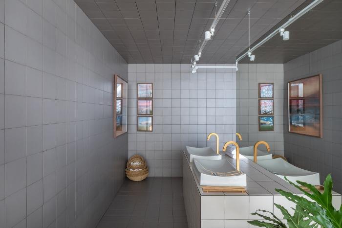 4 revestimento-cinza-decortiles-casa-cor-brasilia-2018-esquadras-arquitetos-twenty-deluxe-td-argento_twenty-deluxe-td-nude-185x185cm-foto-haruo-mikami
