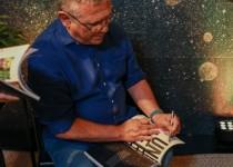 5 fernando campana autografa revista decortiles em lançamento da coleção órbita