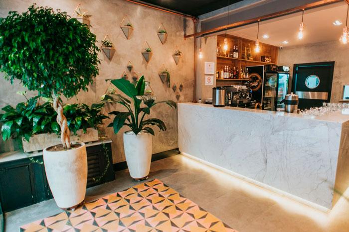 ladrilho hidraulico colorido calu retro decortiles em recepção de restaurante