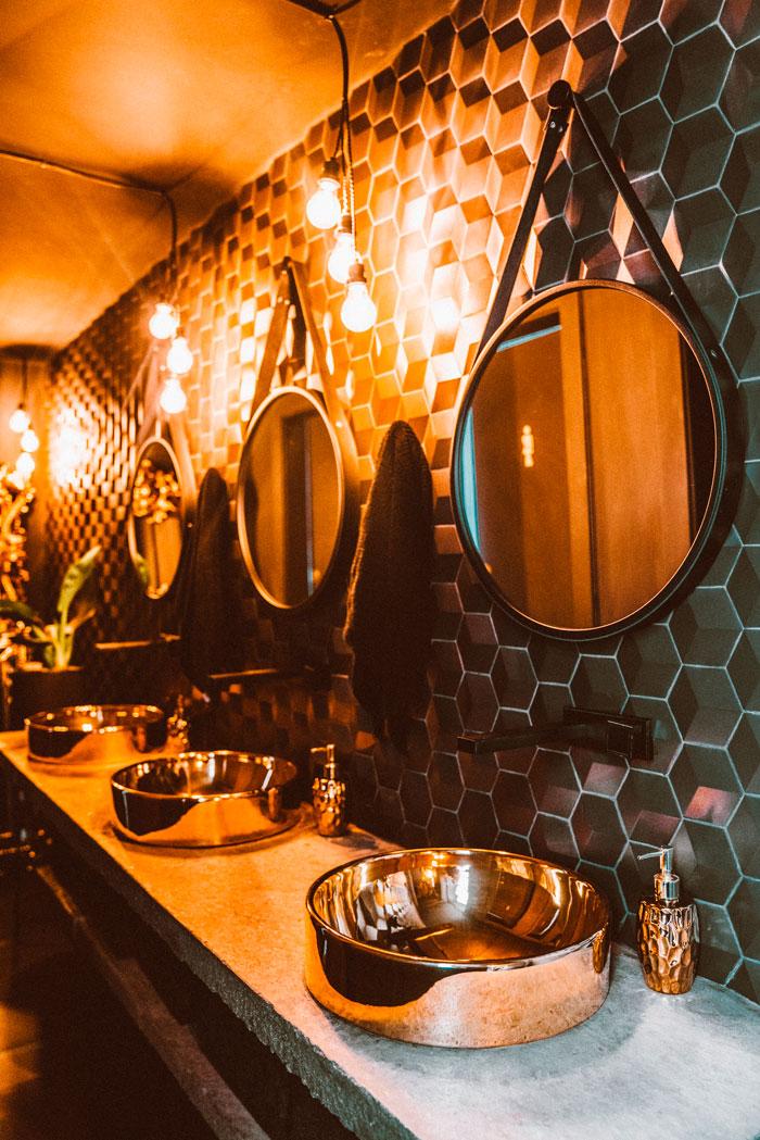 banheiro preto dani noce com revestimento tridimensional decortiles carbone deluxe petróleo
