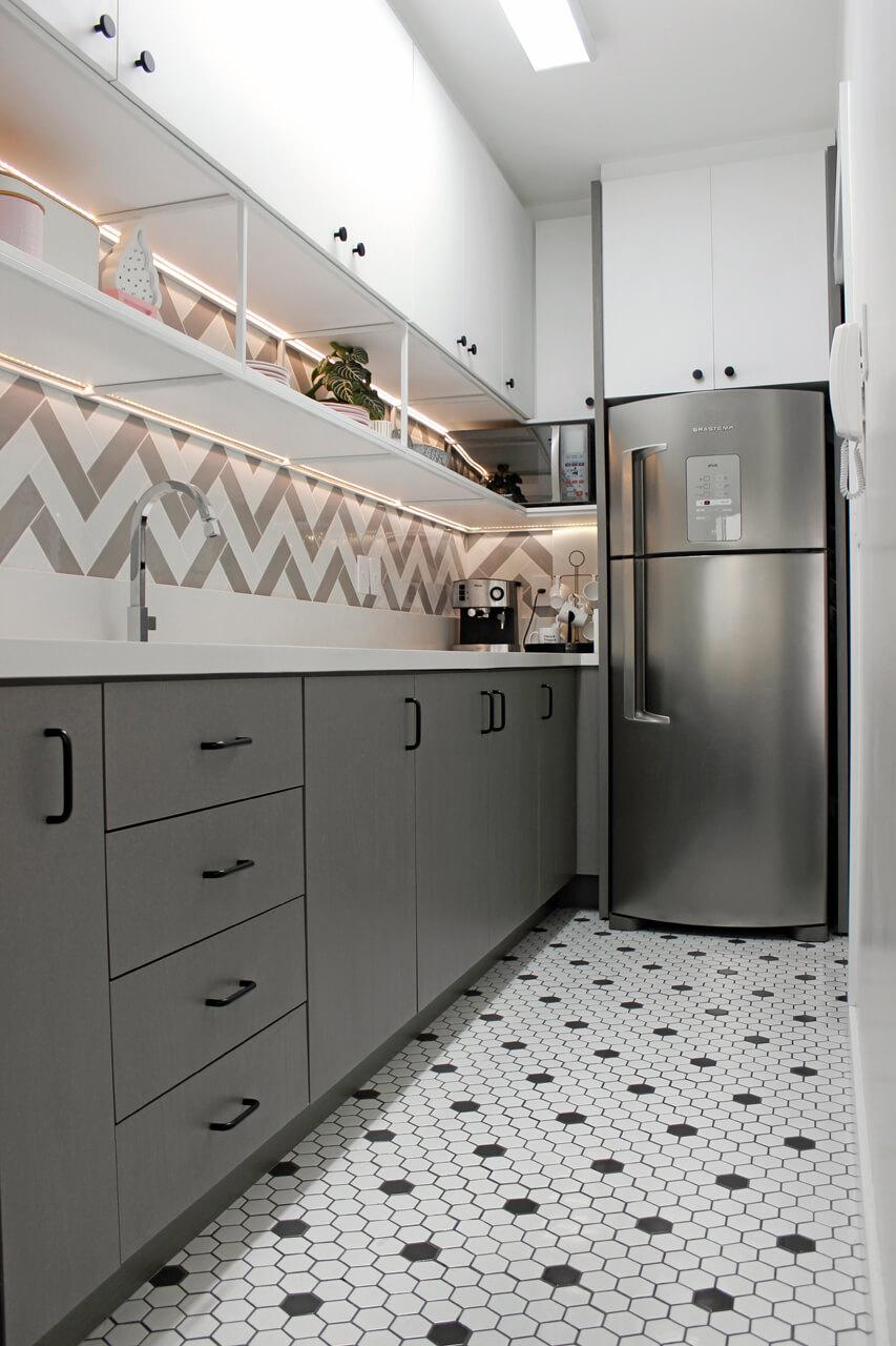 cozinha do apartamento da blogueira  flávia linden do fashioncoolture com revestimentos decortiles sixties e colorsoul
