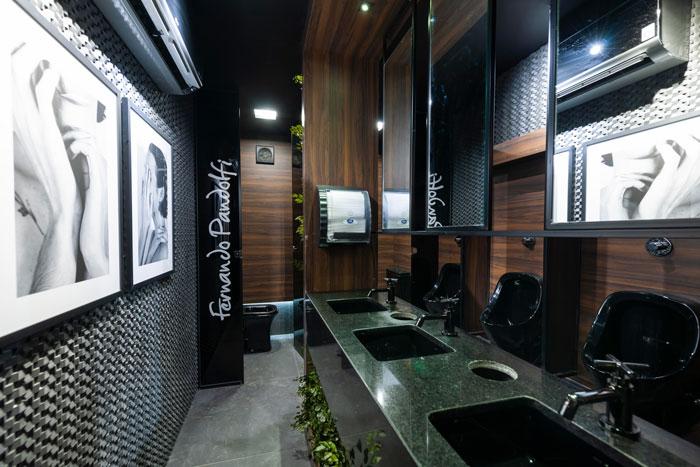 3 lavabo preto com revestimentos decortiles projeto Fernando Pandolfi