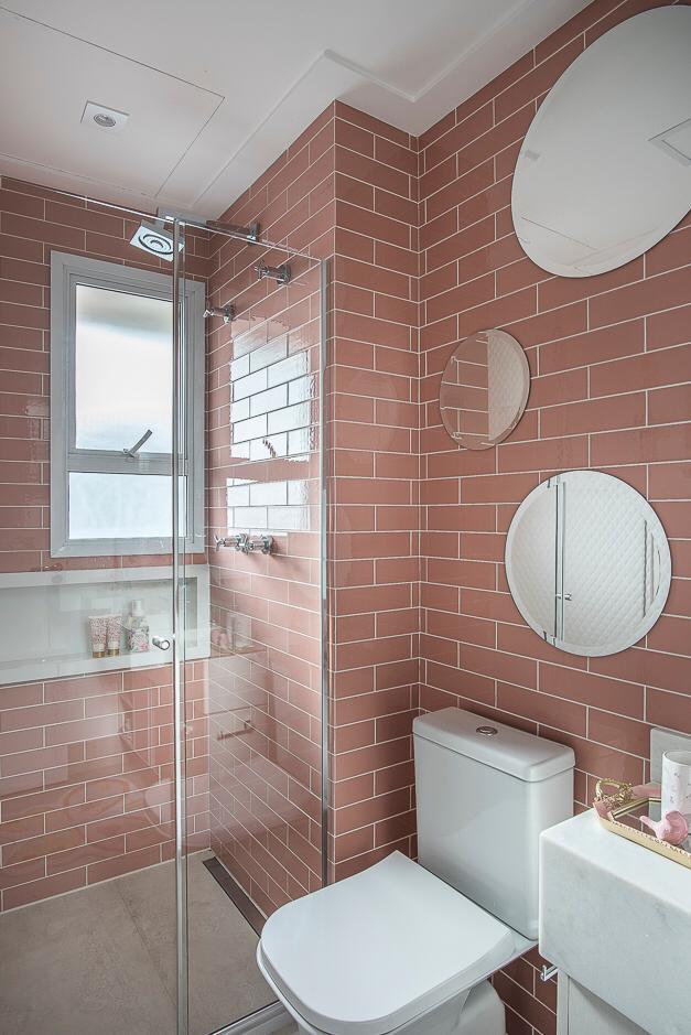 1 Banheiro com revestimento rosa Colorsoul Rose Gold Decortiles - Projeto Helen Granzote - Foto Henrique Ribeiro