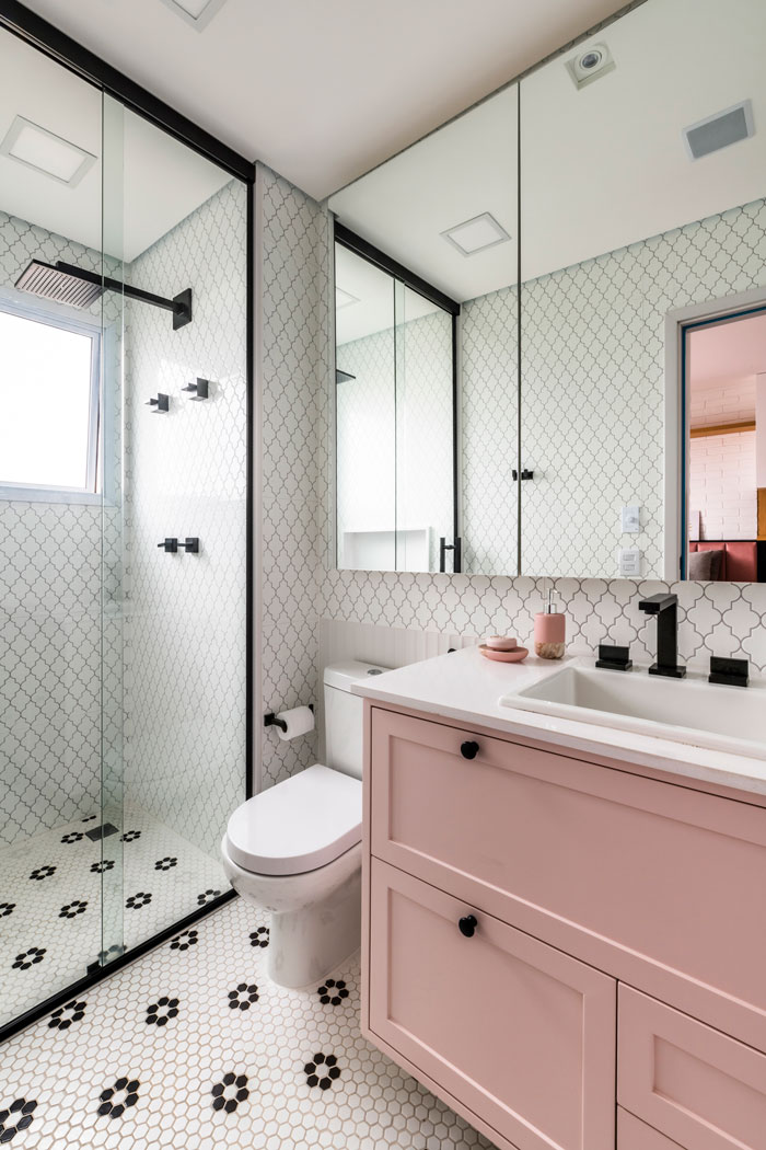 Banheiro-moderno-com-Revestimentos-Maiorca-e-Sixties-Decortiles-Projeto-Andrea-Mourao-Foto-Renato-Navarro